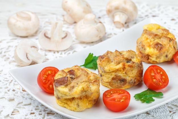 Omelete com cogumelos, salsa, tomate cereja e croutons de pão