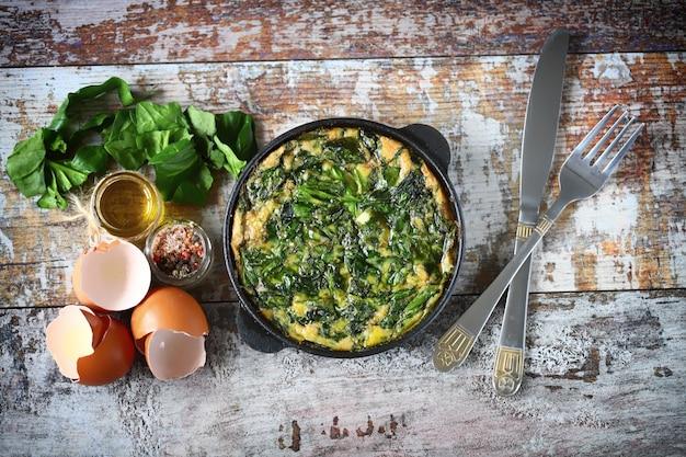 Omelete com espinafre. comida saudável. a dieta cetônica.