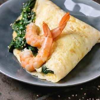 Omelete com espinafre e camarão