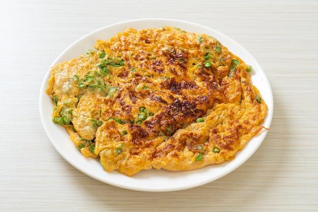 Omelete com feijão comprido ou feijão-nhemba - comida caseira