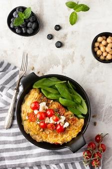 Omelete com queijo e tomate com talheres