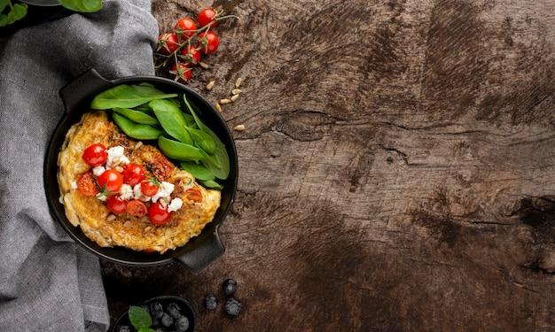 Omelete com queijo e tomate copie o espaço