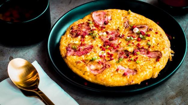 Omelete com salsicha café da manhã