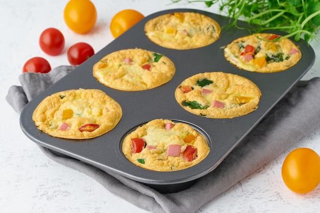 Omelete com tomate e bacon, ovos cozidos com espinafre e brócolis, closeup, ceto, dieta cetogênica