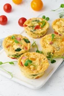 Omelete com tomate e bacon, ovos cozidos com espinafre e brócolis, closeup, vertical, keto,