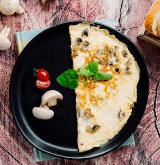 Omelete com tomate e cogumelos