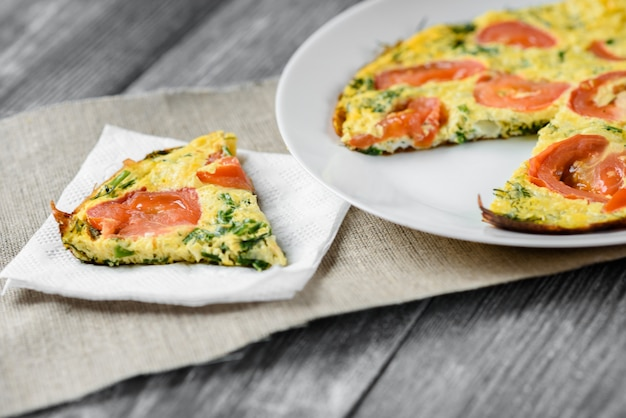 Omelete com tomate e queijo