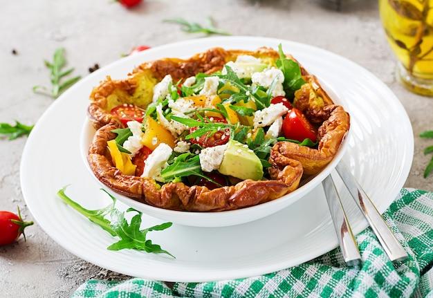 Omelete com tomate fresco, abacate e queijo mussarela. salada de omelete. café da manhã.
