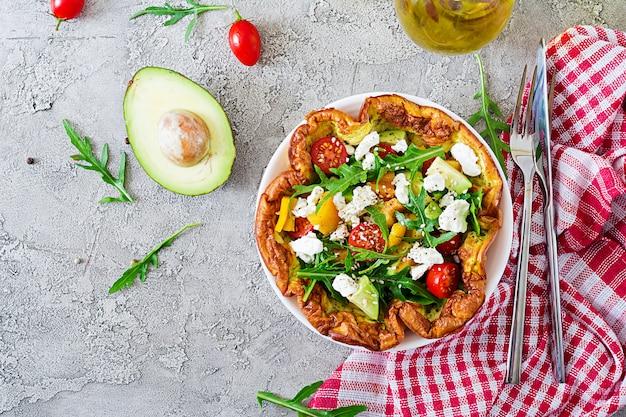Omelete com tomate fresco, abacate e queijo mussarela. salada omelete. café da manhã.