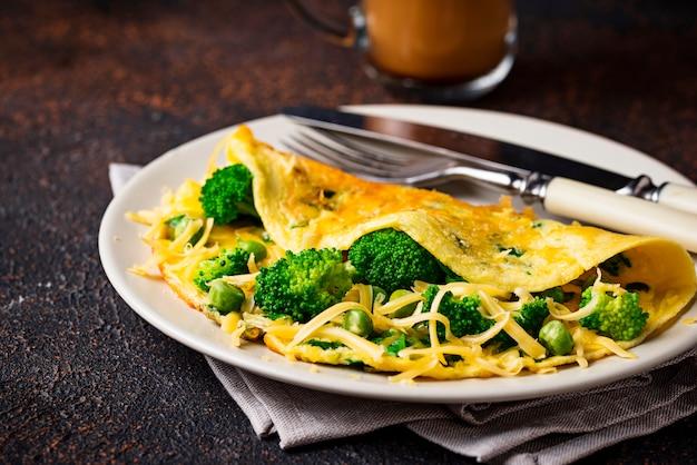 Omelete com vegetais e queijo verde