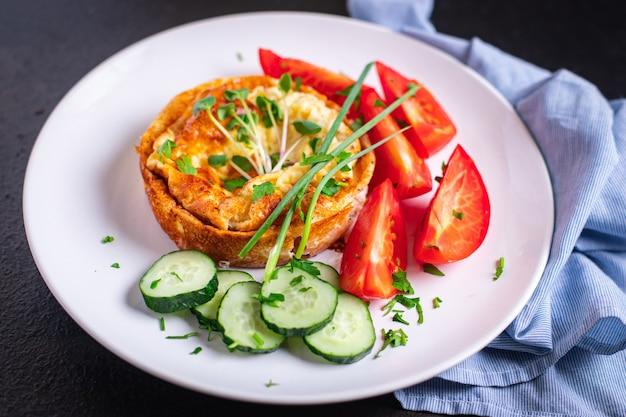 Omelete com vegetais frescos café da manhã ovos fritos e tomate pepino porção fresca pronta para comer