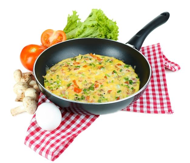 Omelete com vegetais isolados no branco