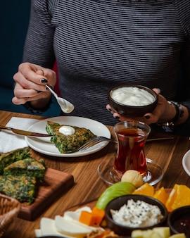 Omelete com verdura coberta com creme de leite