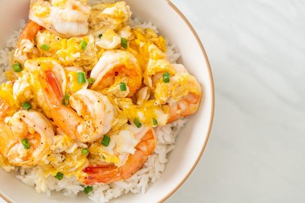 Omelete cremoso caseiro com tigela de arroz de camarão