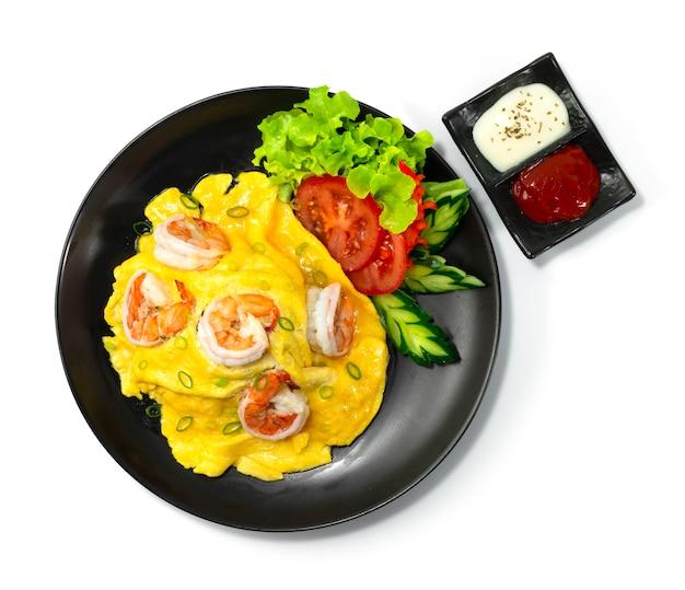 Omelete cremoso com camarão na receita de arroz servido molho de tomate e maionese enfeitam vegetais esculpidos na vista superior