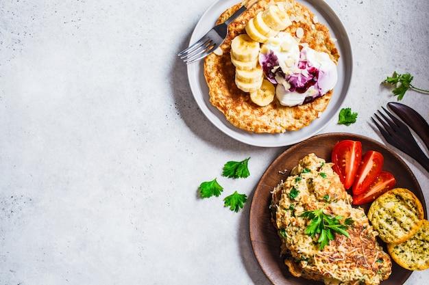 Omelete de aveia com queijo e panqueca de aveia doce, vista superior,
