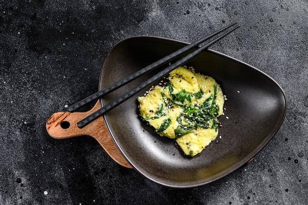 Omelete de espinafre e queijo com sementes de gergelim.