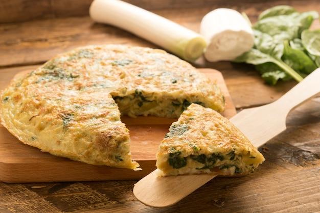 Omelete de espinafre e queijo e alho-poró