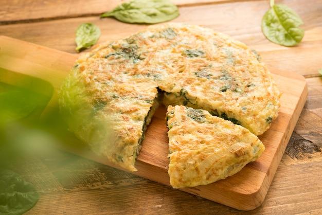 Omelete de espinafre, queijo e alho-poró (efeito 3d)