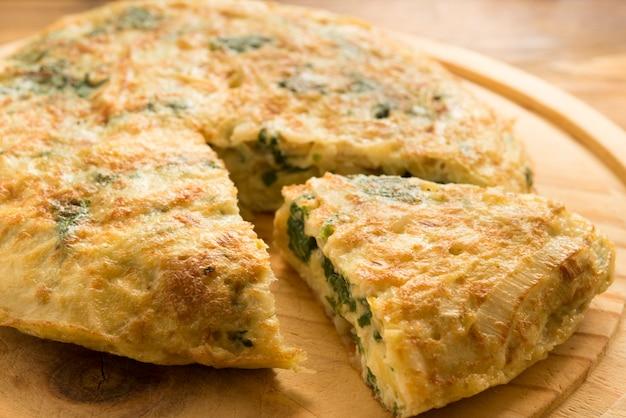 Omelete de espinafre, queijo e alho-poró