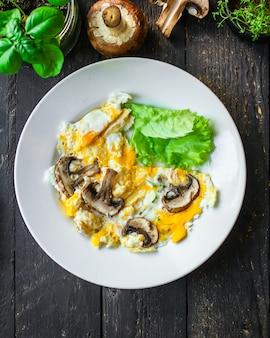 Omelete de ovos fritos com cogumelos