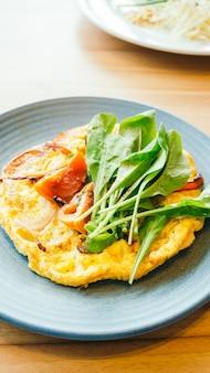 Omelete de ovos fritos em chapa branca