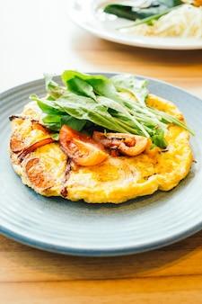 Omelete de ovos fritos em prato branco