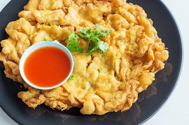 Omelete e molho de pimentão no estilo tailandês.