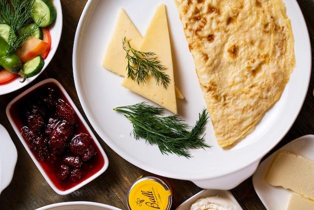 Omelete e queijo com ervas
