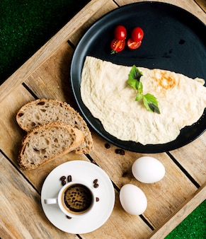 Omelete e tomate com fatias de pão