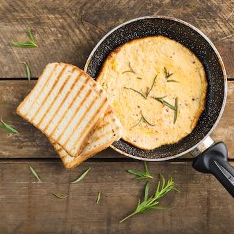 Omelete e torradas