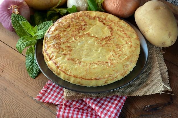 Omelete espanhola com batata e ovo, acompanhada de azeite