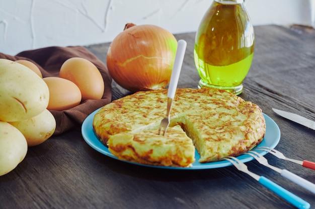 Omelete espanhola com batata, ovo e cebola, acompanhada de azeite