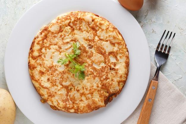 Omelete espanhola tradicional com salsa