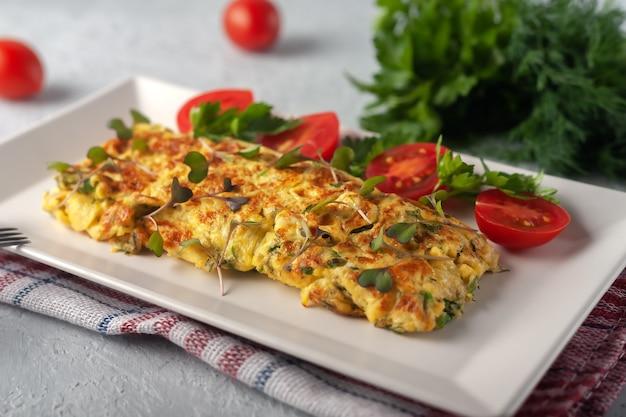 Omelete francesa fresca com comida vegetariana de legumes frescos