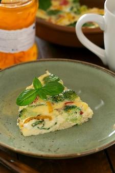 Omelete fresco preparado com legumes e espinafre