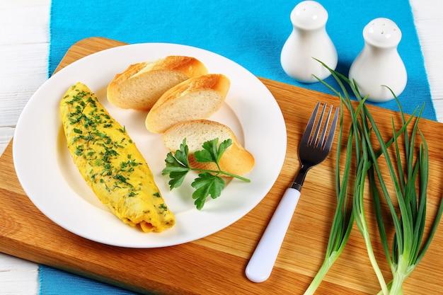 Omelete fresco servido com várias verduras
