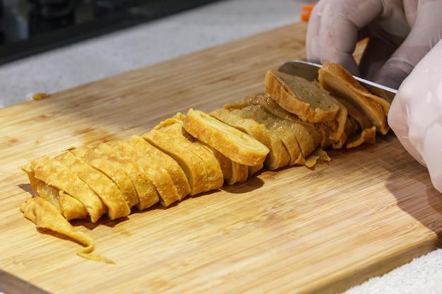 Omelete japonesa, rolo de ovos fritos, fatiado