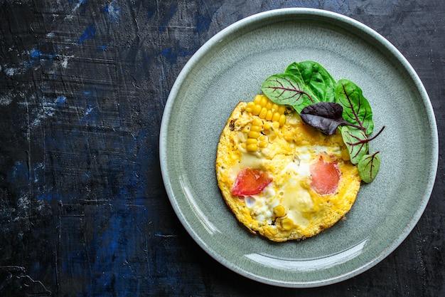 Omelete mexidos com legumes e salada