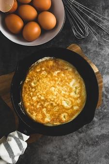 Omelete na frigideira. omelete saudável acabado de cozinhar.