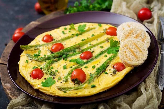 Omelete (omelete) com tomate, aspargos e cebolinha