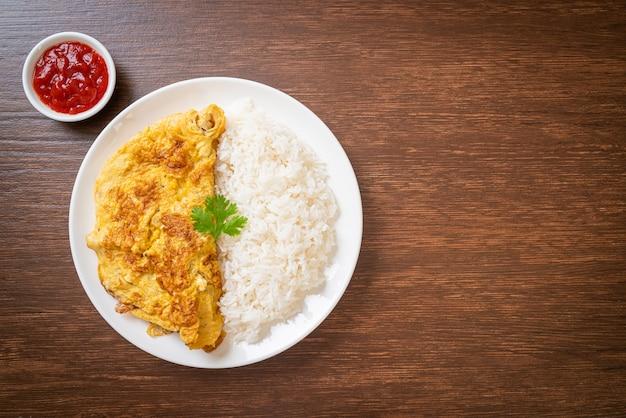 Omelete ou omelete com arroz e ketchup