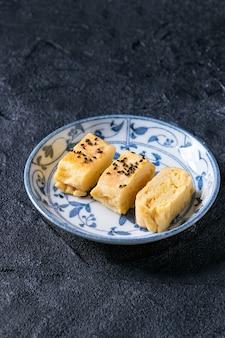 Omelete rolado japonês tamagoyaki