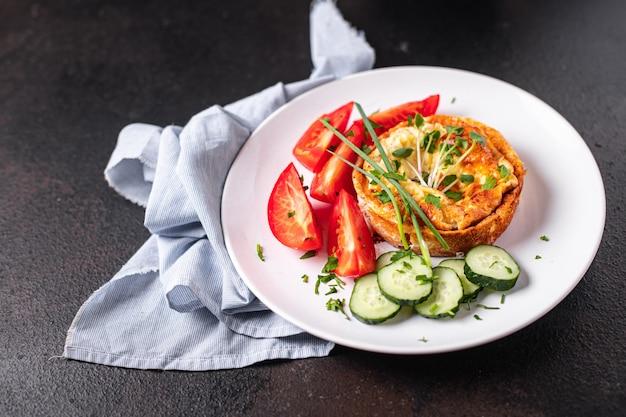 Omelete vegetais ovos fritos salada de café da manhã fresco tomate pepino porção fresca pronta para comer refeição