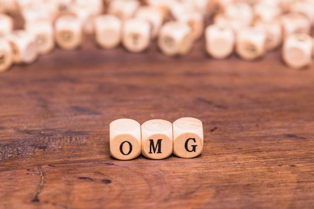 Omg escrito em cubos de madeira