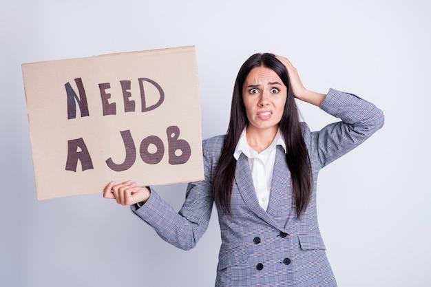 Omg, eu perco trabalho, preciso trabalho. mulher nervosa, economista, chefe, sente medo, empresa, crise, despedimento, toque, cabeça, mão, segure, papel, cartão, texto, desgaste, xadrez, terno, blazer, isolado, cinza, cor fundo.