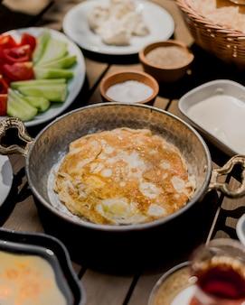 Omlet de ovos fritos em cima da mesa