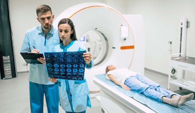 Oncologista profissional experiente e confiante observando a ressonância magnética