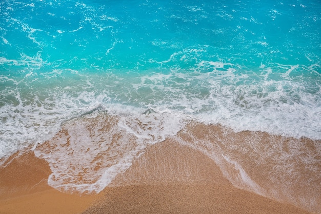 Onda azul na praia.