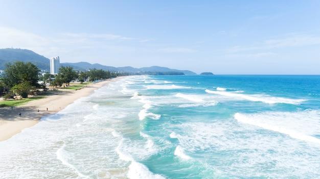 Onda bonita que deixa de funcionar na costa arenosa na praia do karon em phuket tailândia